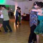 Tanzpaare in Grün